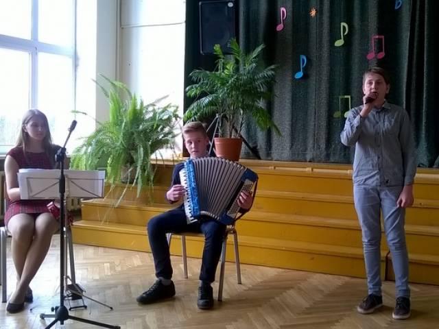 Novada skolēni sadziedas koncertā