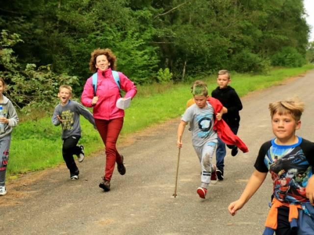 Skolēni piedalās Sporta dienā O. Kalpaka muzejā Airītēs